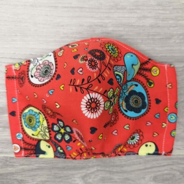 couvre visage aux motifs d'oiseaux sur fond orange avec élastiques ajustables, espace pour filtre, 100% coton,Cloth Face Coverings to Help Slow the Spread. Made in Quebec. Two thicknesses of cotton fabric. With a pocket to insert a filter. birds