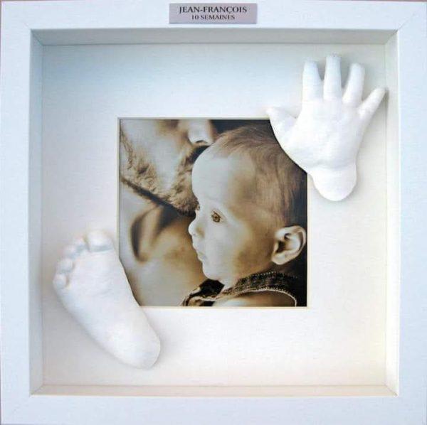 idée de cadre décoratif pour moulage de pied et main de bébé